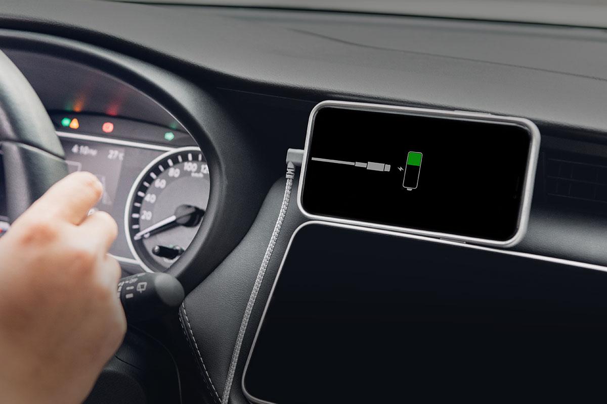 Mit dem 90-Grad-Stecker können Sie Ihr iPhone ohne zusätzliche Belastung des Kabels oder Ihres Lightning-Ports in der Mittelkonsole ablegen.