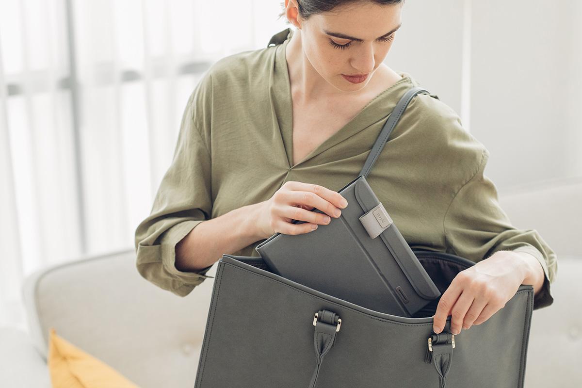 DeepPurple™は折り紙をヒントにした独自のデザインが特徴で平らに折りたたんでわずか2cmの厚さにすることで究極の携帯性を実現します。普段の外出ではバッグに入れ、旅行にはスーツケースに入れて持ち運べます。精密なマグネットデザインにより瞬時に組み立てられどこにいても除菌が可能です。