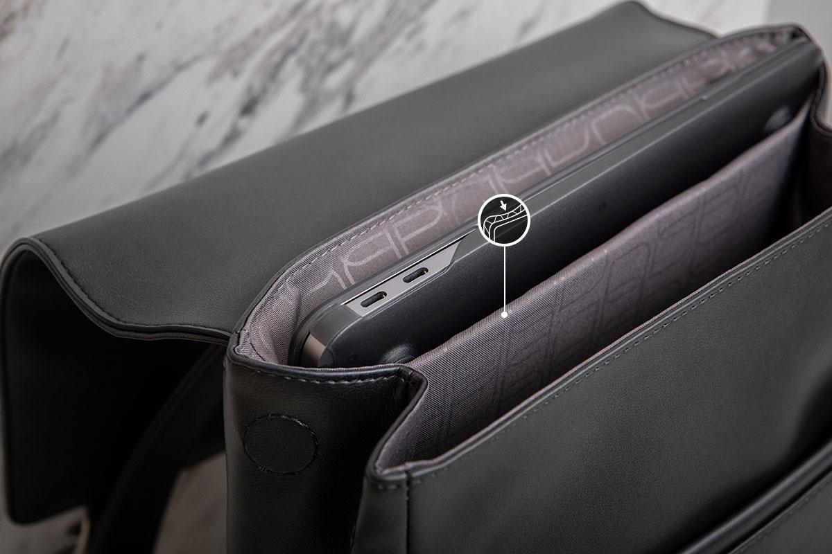 專屬的筆電內襯收納夾層保護你的筆電。