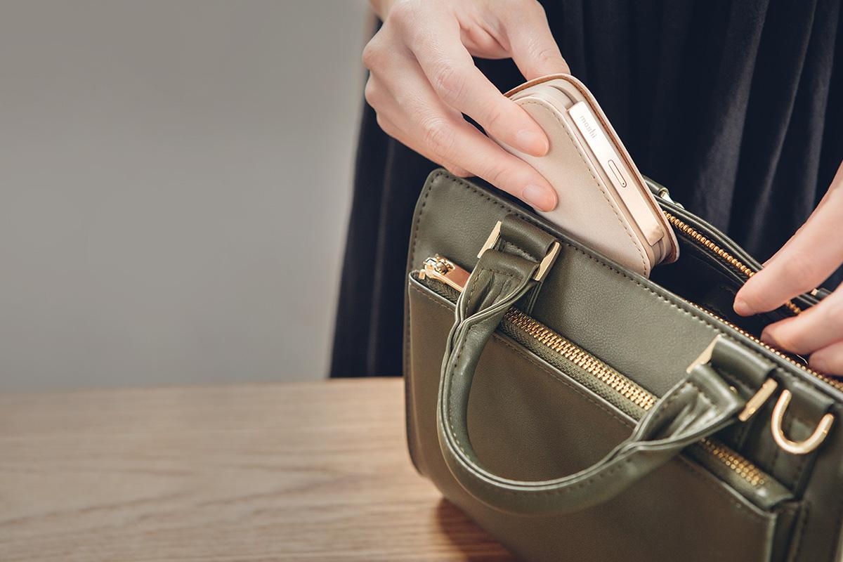 スタイリッシュなヴィーガンレザー製のこの5000mAhバッテリーはポケットやバッグに合わせやすく、便利に持ち運びできます。