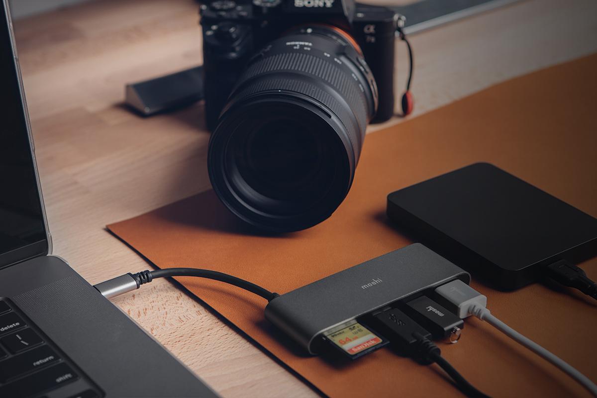 Der Steckplatz für den Kartenleser unterstützt SD- und SDHC-/XC-Speicherkarten mit Übertragungsgeschwindigkeiten bis zu 104 Mbps.