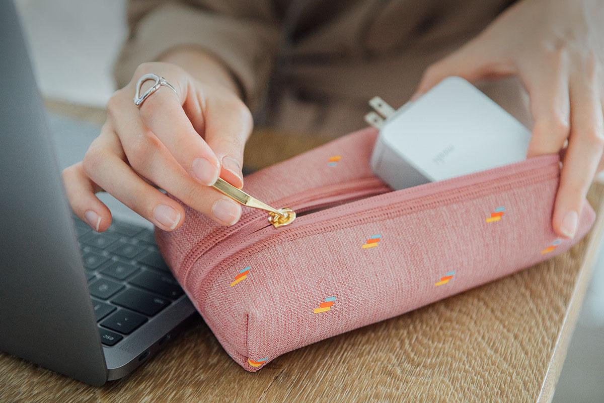 ワイヤレスマウス、アダプタ、ケーブルなど、MacBookの必需品をすべて収納しておけるのでバッグの中をかき回さずに済みます。