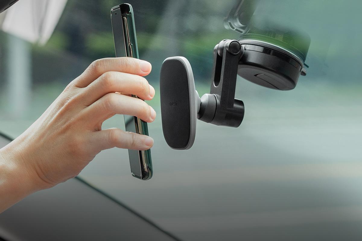 Установка телефона выполняется одной рукой.