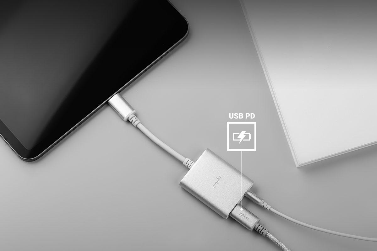 USB-C充電器に差し込んだUSB-C ケーブルとmoshiの充電機能付きUSB-C デジタルオーディオアダプターを併用するとお使いのデバイスが高速充電できます。