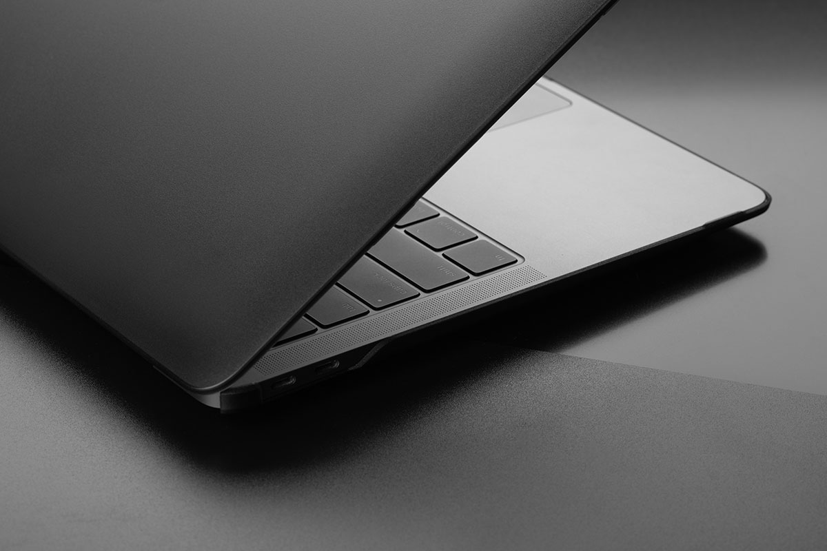 お使いのMacBookのための超スリムで軽量で丈夫な保護ケース。