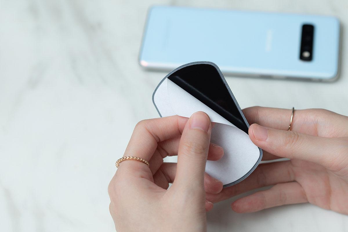 El adhesivo de calidad industrial pega la almohadilla a tu teléfono.