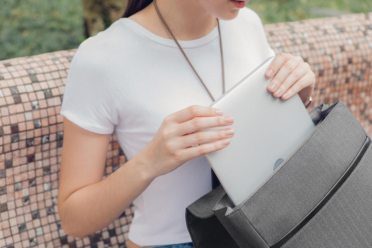 """Helios Lite puede llevar un ordenador portátil de hasta 13"""" con espacio adicional para libros, carpetas y una botella de agua."""