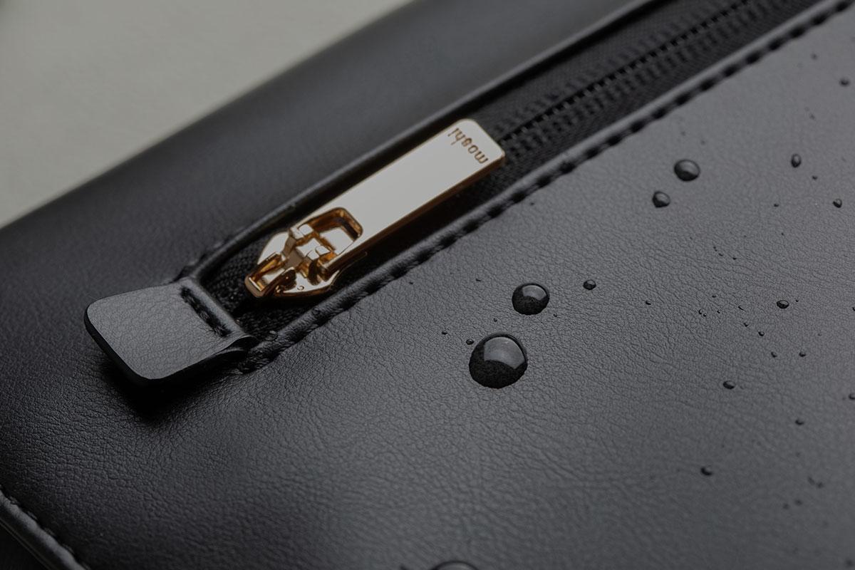表面為防潑水材質,內襯使用易清洗材質。可防日常狂風雨雪,保護包內物品。