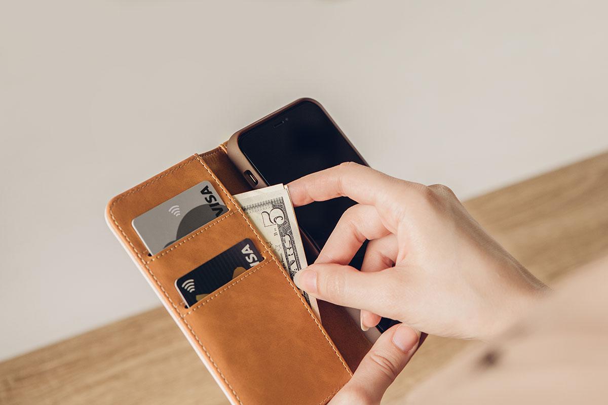 お客様の大切なカード、現金、そしてiPhoneを全てスリムなサイズに収めて、持ち運べます。