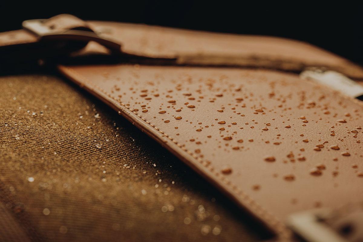 表面為防潑水材質,內襯使用易清洗材質。可防日常狂風雨雪。
