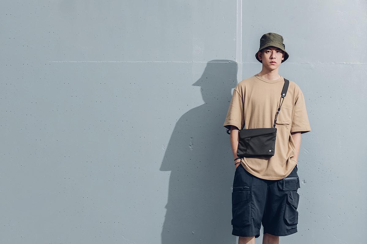 Aro Sacoche 隨身側包的極簡設計,百搭任何造型穿搭。