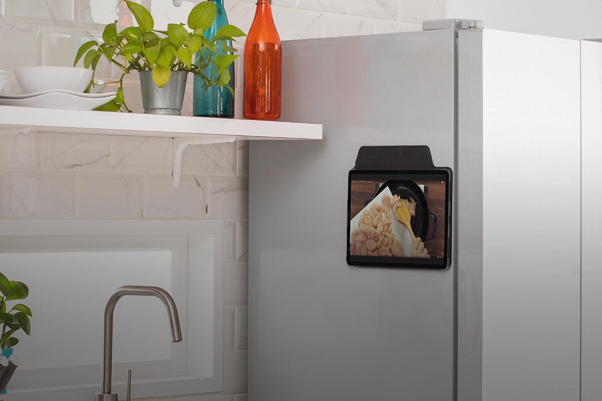 Le coque magnétique du VersaCover lui permet de se fixer en toute sécurité sur toute surface métallique. Idéal pour les réfrigérateurs afin de pouvoir suivre facilement vos recettes préférées.