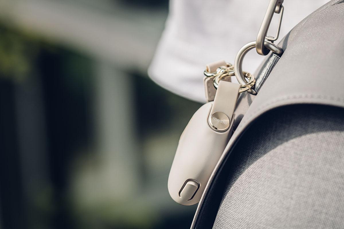 保护套带有高级皮革制成的时尚腕带。