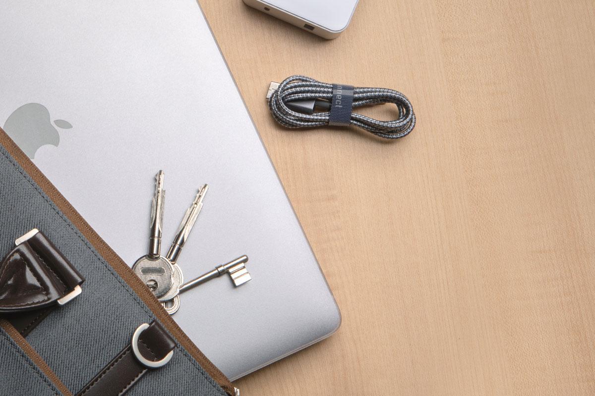 Специальное покрытие гарантирует непревзойденную защиту от царапин, одновременно подчеркивая элегантный стиль устройства.