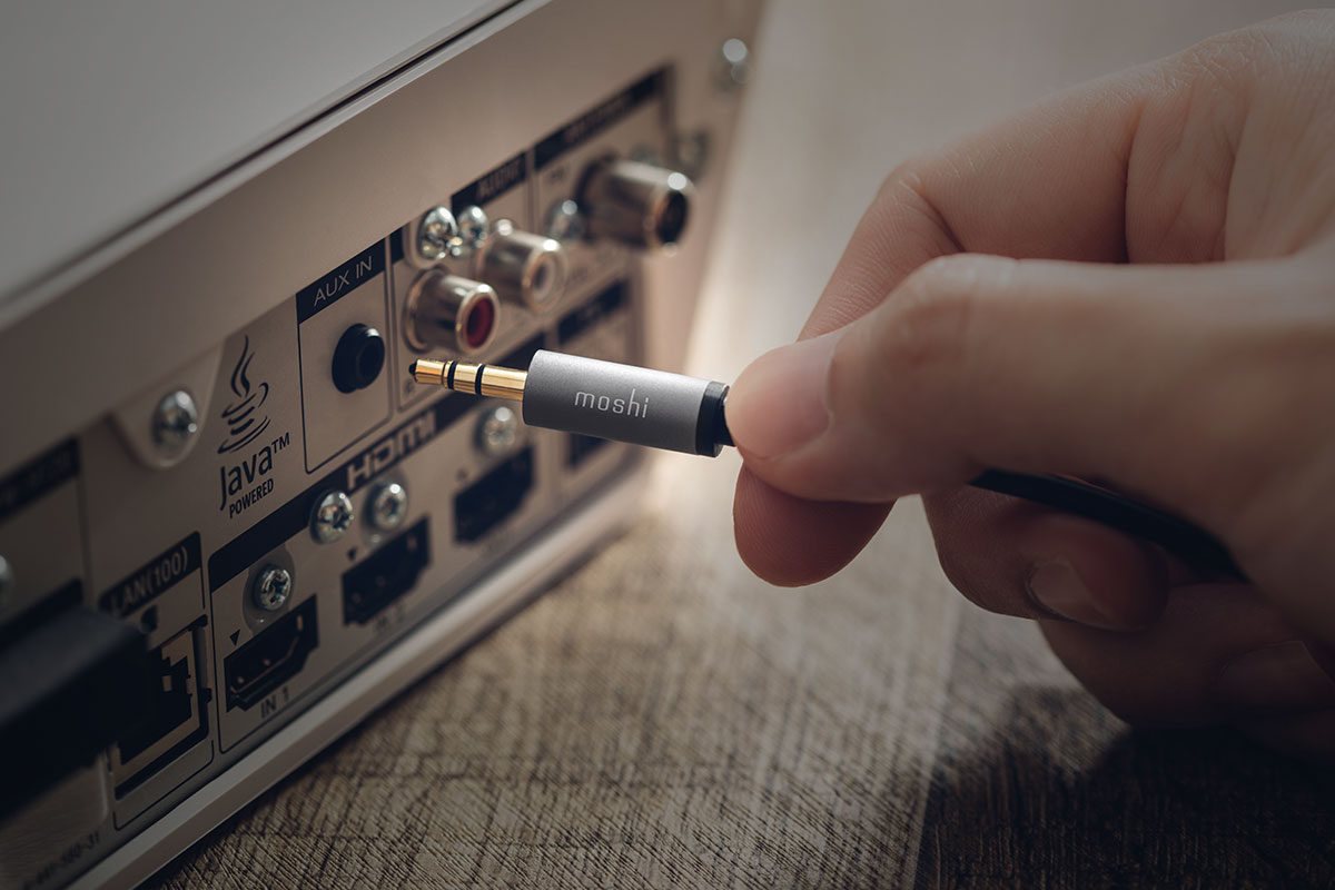 Tirez un meilleur parti de votre haut-parleur en écoutant du contenu depuis votre appareil USB-C et en permettant aux invités de mettre leurs morceaux préférés.