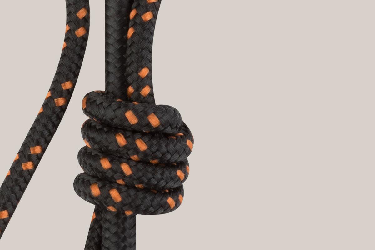 Fabricado con tecnología de trenzado de nylon duradero con puntos de alivio reforzados.